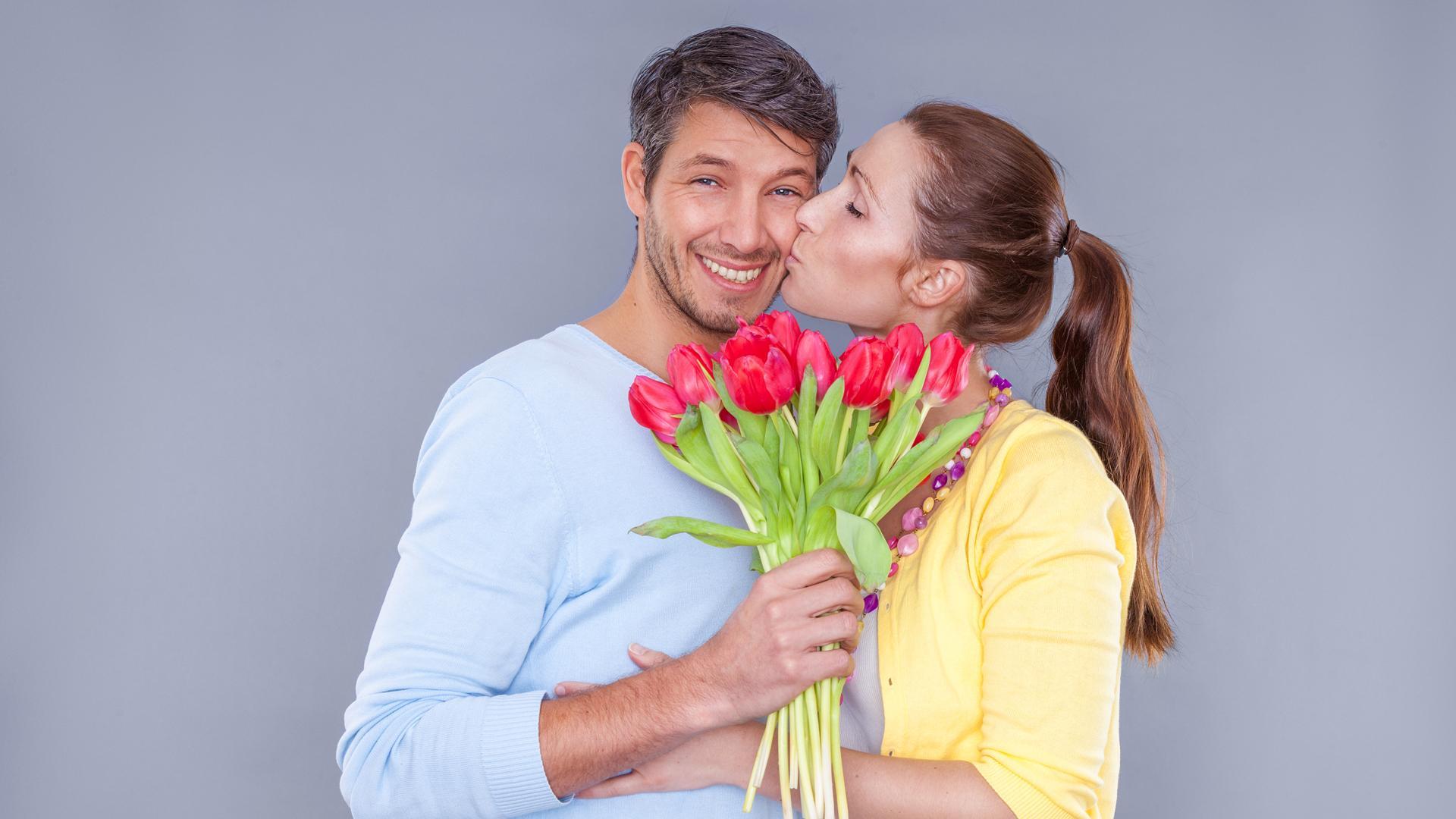 порноиндустрию молодой мужчина и тюльпаны фото голограмму строго